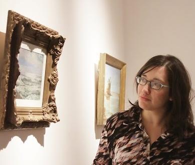 Georgina Gluzman observa una pintura exhibida