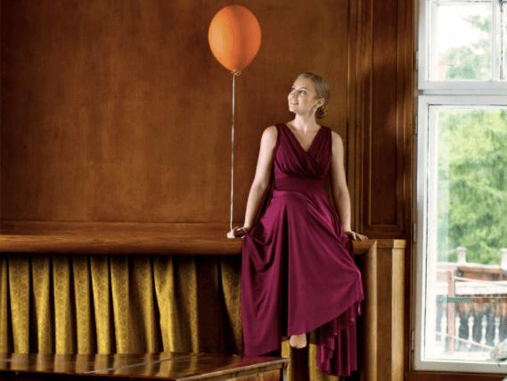 La pianista Hanna Bachmann sostiene un globo sobre una chimenea