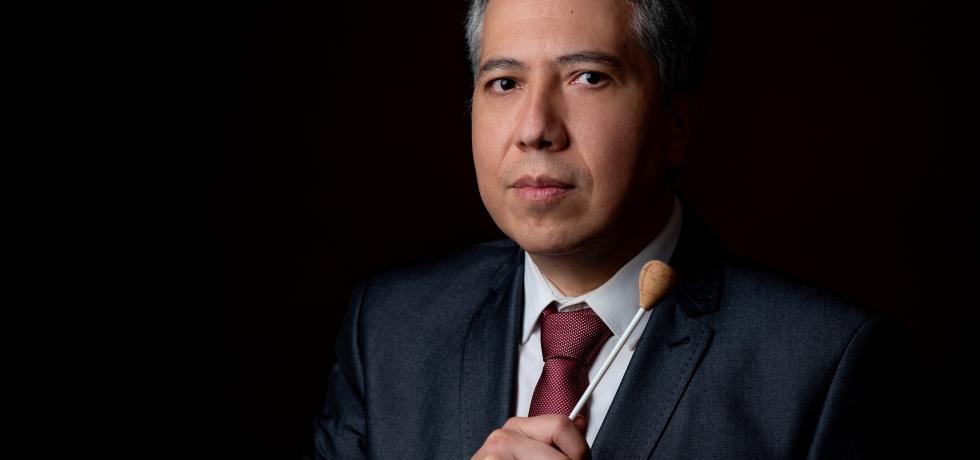 El director de orquesta Ludwig Carrasco sostiene una batuta