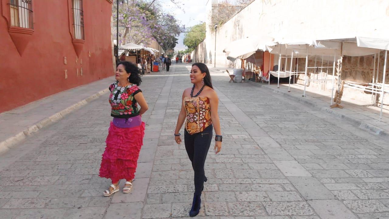 Alejandra Robes y Natalia Toledo caminan por Juchitán / Imagen: Cortesía Consecuencias.