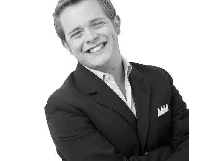 El cantante Rodrigo de la Cadena sonríe en un retrato en blanco y negro