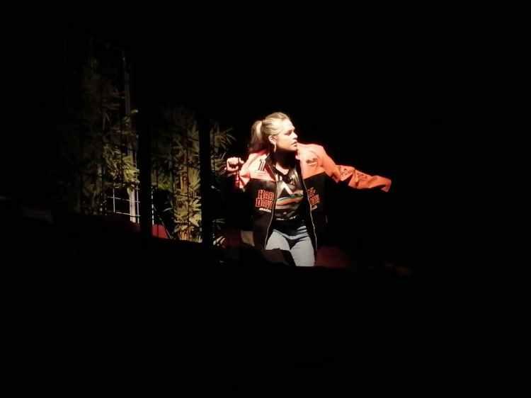 Mirna Moguel interpreta a una mujer infectada por VIH en las últimas décadas del siglo pasado. Imagen: Mauricio Elí.