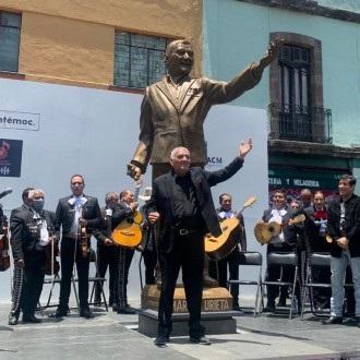 El compositor Martín Urieta posa frente a su escultura en la Plaza Garibaldi de la Ciudad de México